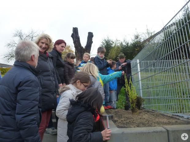 Pflanzaktion Naturparkgrundschule mit Bürgermeisterin Daniela Meier
